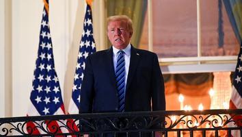 Trump en el balcón de la Casa Blanca tras salir del hospital para seguir tratamiento contra Covid-19