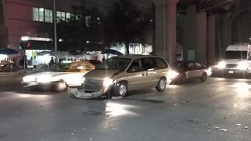 Camioneta ignora luz roja del semáforo y se impacta contra un auto