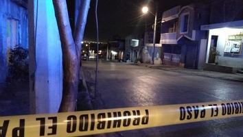 Ejecutan a dos hombres afuera de una casa en Monterrey