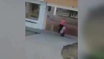 Captan a mujer golpeado y arrastrando a su hijo ciego en público