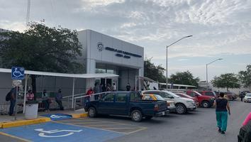 Forman largas filas en Agua y Drenaje de Monterrey para pagos y aclaraciones