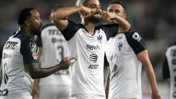 Rodolfo Pizarro festejando un gol con Rayados