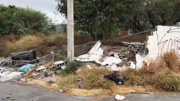 Escombro tras caída de barda durante el huracán 'Hanna' provoca basurero clandestino