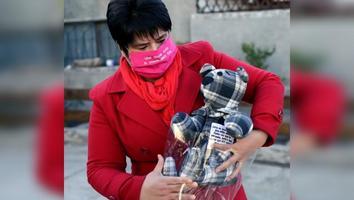 Mujer crea osos de peluche con ropa de personas fallecidas