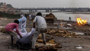 Suman 71 cadáveres hallados sobre el Río Ganges en India