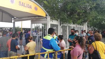 Se registran largas filas en vacunaciónanticovidpara adultos de 40 años en Monterrey