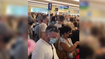 VIDEO: Turistas abarrotan aeropuerto de Cancún pesea incrementode casosCovid