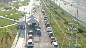 Automovilistas realizan largas filas en drivethruen Escobedo para pruebasCovid