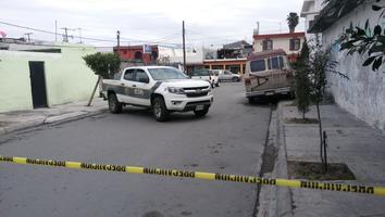 Atacan casa a balazos en Apodaca e incendian tres autos