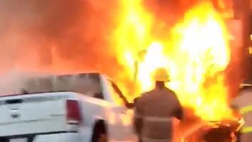 Tráiler se incendia tras ser impactado por camioneta