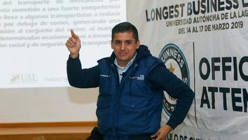 Maestro de Torreón rompe el récord guinness de la clase más larga del mundo