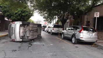 Camioneta vuelca tras chocar con auto estacionado en el Centro de Monterrey