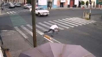 Peatones tropiezan en calles de Puebla con separador vial de ciclovía