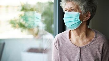 Adultos mayores pueden padecer problemas emocionales por restricciones: especialista