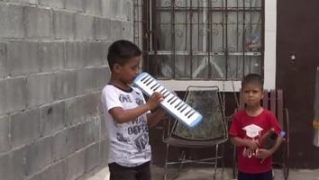 Roban acordeón a niño y pierde su sueño de conseguir aparato auditivo
