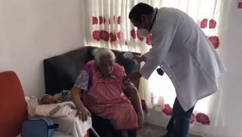 Persona de 106 años de edad recibe segunda dosis de vacuna contra Covid-19 en Juárez