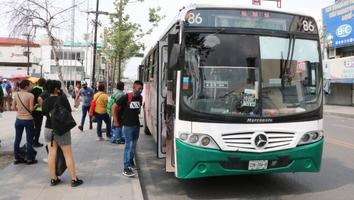 Usuarios del transporte público sufren altas temperaturas al tener que esperar abordar una unidad