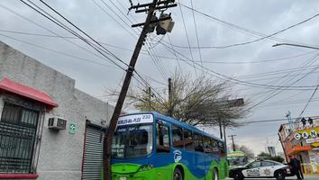 Camión se impacta contra poste en el Centro de Monterrey