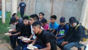 Rescatan policías estatales a 85 migrantes en Minatitlán, Veracruz
