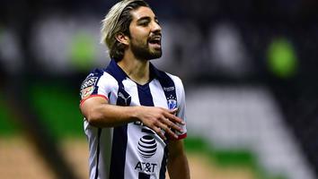 Rodolfo Pizarro durante un partido con Rayados