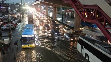 Avenida Universidad a vuelta de rueda por inundaciones