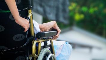 Mujer lleva a un muerto en silla de ruedas hasta un banco haciéndolo pasar por vivo para cobrar pensión