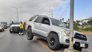 Conductor impacta su camioneta contra luminaria en avenida Morones Prieto