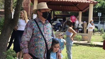 Mauricio Fernández llega a emitir su voto en la colonia La Cima