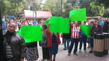 Manifestantes de las diferentes villas de Lerdo en la explanada de la presidencia.