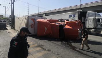 Vuelca tráiler que transportaba 20 toneladas de aluminio en avenida Nogalar