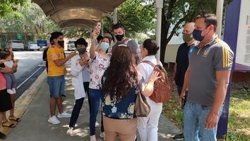 Gignac atendiendo a aficionados tras pruebas físicas y médicas