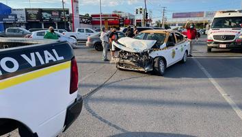Choque entre una ambulancia y un taxi deja como saldo cuatro personas lesionadas en Monterrey